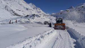Snow-clearing operation underway on Manali-Leh ro...