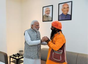PM Modi meets rickshaw-puller Mangal Kewat in Var...
