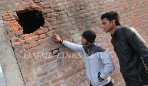 Pak violates ceasefire, targets forward posts, vi...