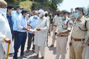 DC Poonch gives away ex gratia relief to cross bo...