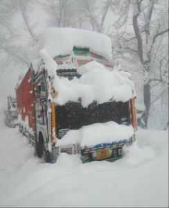 Traffic suspended on Jammu-Srinagar NH after snow...