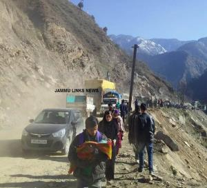 Fresh traffic not allowed on Jammu-Srinagar highw...