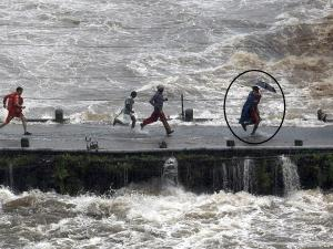 NDRF man rescues child; Brave act wins praise on ...