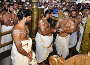 Massive crowds throng Sabarimala Temple amid cris...