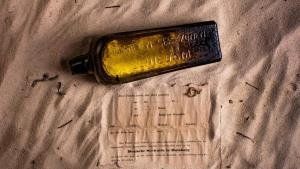 Australian finds message in a bottle written 50 y...