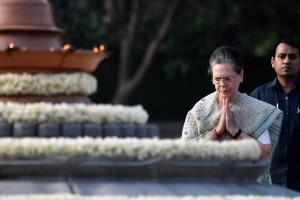Sonia, Rahul, Priyanka pay tribute to Rajiv Gandh...