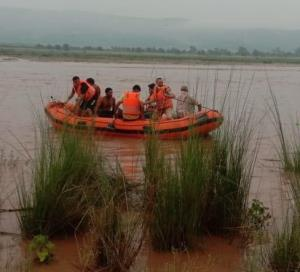 Police rescues 2 persons from river Tawi