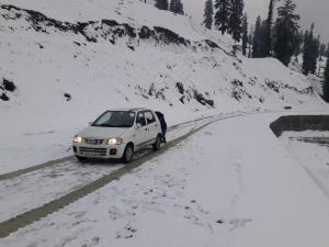 Mughal road, Srinagar-Leh highway closed after fr...