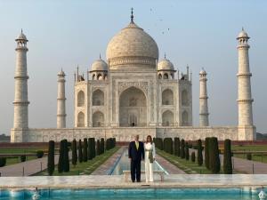 President Trump visits Taj Mahal, says America lo...