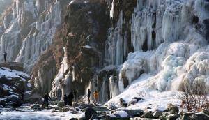 Minimum temperatures dip below zero in Kashmir, L...