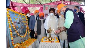 Lt Governor pays obeisance at Gurudwara Baba Band...