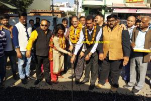Kavinder kickstarts blacktopping of roads in Deeli