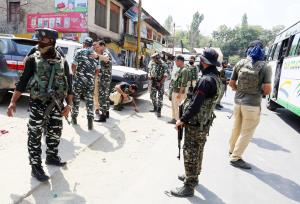 Two policemen injured in grenade attack in Sopore