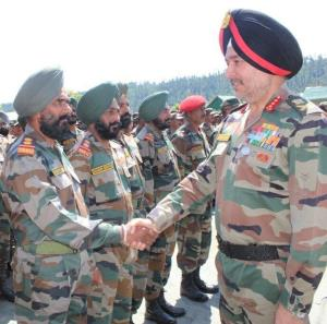 Northern Army Commander visits forward bases in P...
