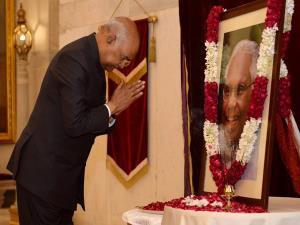 President Kovind pays floral tribute to former Pr...