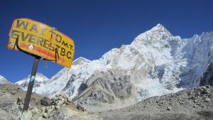 China plans major cut in number of Everest climbe...