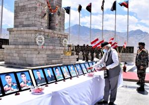 PM Modi visits Hall of Fame Museum in Leh, pays t...