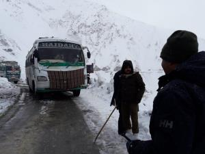 250 people, 82 vehicles stuck in Zojila pass afte...