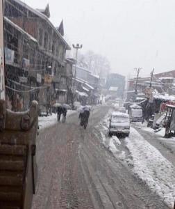 Fresh snowfall, landslides shut Jammu-Srinagar hi...