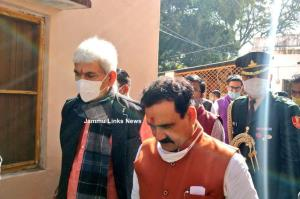 J&K Lt Guv, 2 Union ministers offer prayers at te...