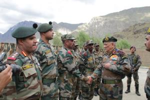Army chief visits Drass Sector, reviews operation...